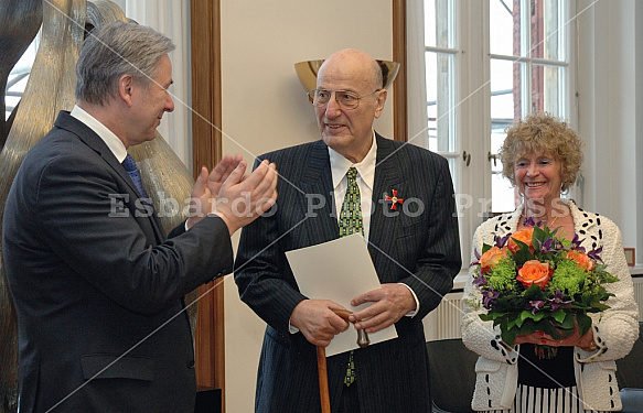 Klaus Wowereit presented the Order of Merit of Germany to Manfred Krug